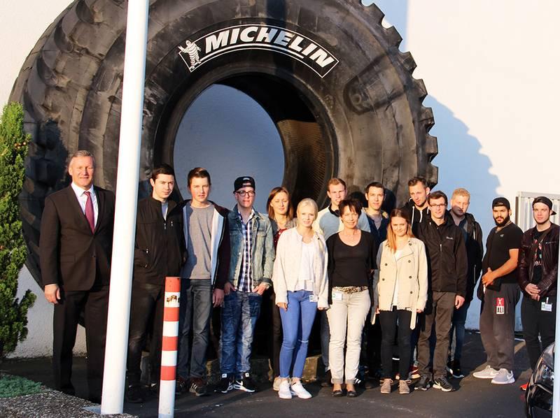 Runde Sache: TEAM-Geschäftsführer Gerd Wächter (links) mit den Teilnehmern des Azubi-Awards 2016 vor dem Michelin Werk in Karlsruhe.